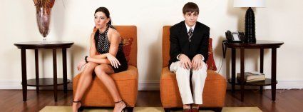 Zwei Menschen sitzen wegen mangelndem Selbstbewusstsein auseinander