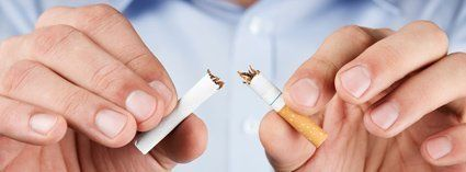Mann bricht Zigarette beim Rauchen aufhören durch Fuchs-Hypnose