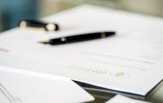 Fuchs Hypnose-Fragebogen mit Füller auf dem Tisch