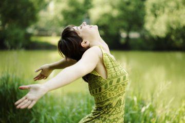die Entscheidung fuer Selbstbewussstsein und Selbstwert durch Hypnose zu bekommen macht eine Frau glücklich