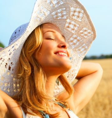 neues Lebensgefuehl Selbstbewusstsein durch Hypnose von einer blonden hübschen Frau verkörpert.