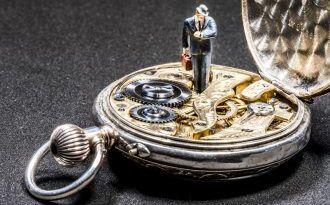 Silberne Taschenuhr mit kleinem Mann darauf stehend