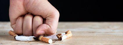 Faust zerdrückt Zigaretten nach einer Fuchs-Hypnose
