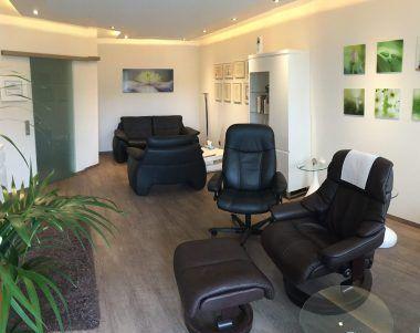 Blick ins Fuchs-Hypnosestudio mit Hypnosesessel und Besprechnungsecke im Hintergrund