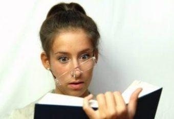 Mädchen mit Brille liest ganz vertieft ein Buch und ist dabei in Hypnose