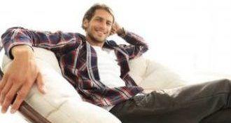 Mann relaxt nach Hypnosesitzung