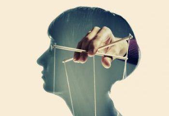 Hand hält Hölzchen zur Steuerung einer Marionette im Gehirn - genau so läuft Hypnose nicht ab!