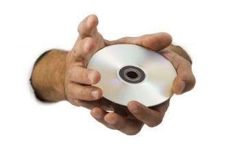 Mann hält mit beiden Händen eine Fuchs-Hypnose CD