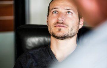 Klient sitzt mit offenen Augen vor dem Hypnotiseur Udo Fuchs und schaut nach oben