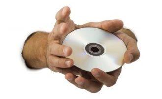 2 Hände halten eine Selbsthypnose CD zum Abnehmen in die Kamera