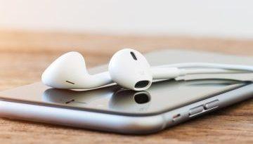 Iphone auf einem Tisch mit Kopfhörern als Symbol für die kostenlose Selbsthypnose MP3 nach der Hypnosesitzung