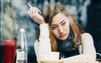 Frau mit Zigarette denkt nach und ist verzweifelt weil Sie nicht mit Rauchen aufhören kann • Eine Rauchfrei Hypnose, also eine Raucherhypnose mit Rauchstopp kann Ihre Rettung sein!