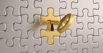 goldener Schlüssel als Symbol für die Wirksamkeit einer Fuchs-Hypnose Sitzung in einer Wand aus Puzzlestücken