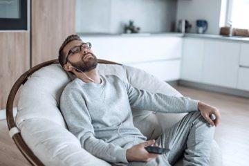 Mann relaxt im Sessel zuhause und geniesst eine Fuchs Video-Hypnose