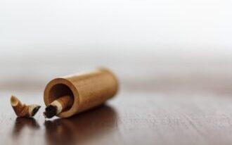 Einzelne Zigaretten in einer Röhre