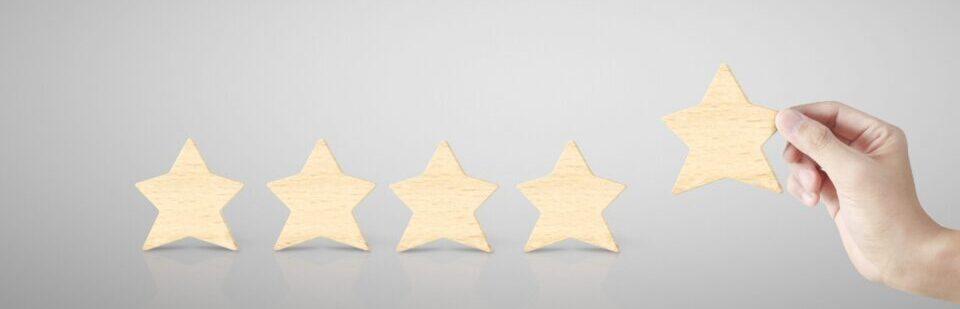 Eine Hand legt einen Stern zu vier anderen nieder nach einer Hypnosesitzung bei Fuchs-Hypnose
