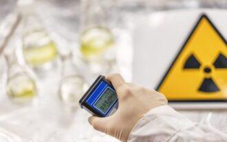 Hand mit Geigerzähler beim Messen von Radioaktivität wegen Polonium 210