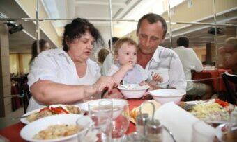 Mutter und Vater mästen kleines Kind